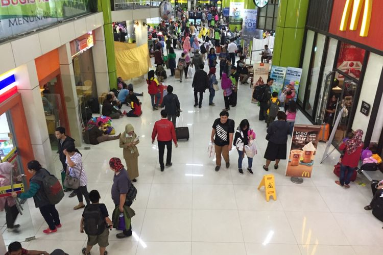 Suasana di Stasiun Gambir pada musim mudik lebaran, Selasa (20/6/2017). Stasiun Gambir merupakan satu dari dua stasiun pemberangkatan kereta jarak jauh dari Jakarta.
