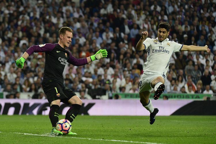 Marc-Andre Ter Stegen (kiri) menorehkan sejumlah rapor positif ketika Barcelona menang 3-2 atas Real Madrid pada partai lanjutan La Liga - kasta teratas Liga Spanyol - di Stadion Santiago Bernabeu, Minggu (23/4/2017).