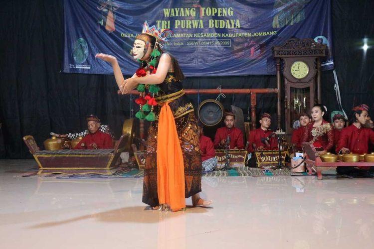 Pementasan Wayang Topeng Jatiduwur, di Desa Jatiduwur Kecamatan Kesamben, Kabupaten Jombang, Jawa Timur, Sabtu (25/9/2021) malam. Pementasan di Sanggar Purwo Budoyo itu difasilitasi oleh Bappeda Kabupaten Jombang.