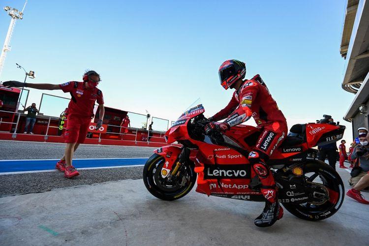 Francesco Bagnaia saat berlaga pada MotoGP San Marino 2021. (Photo by ANDREAS SOLARO / AFP)