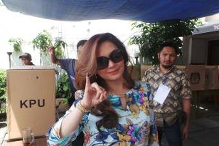 Nia Daniati menggunakan hak pilihnya di Tempat Pemungutan Suara (TPS) 029, Jalan Kemang Utara VIII, Jakarta Selatan, Rabu (9/4/2014) siang.