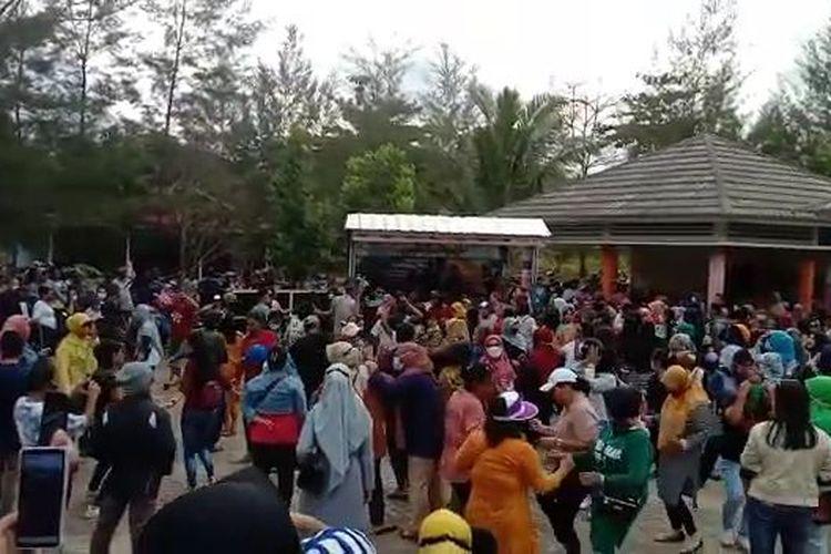 Penampakan senam massal yang diduga tanpa protokol kesehatan di Batu Belubang, Bangka Tengah.