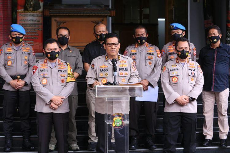 Kepala Divisi Humas Polri Irjen Argo Yuwono (tengah) di Polda Metro Jaya, Jakarta, Kamis (10/12/2020).