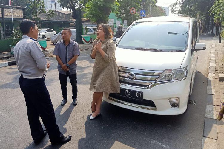 Seorang pengendara bernama Syarifah tidak terima dirinya dihentikan petugas dan disuruh berputar balik ketika hendak menuju Jalan Pramuka melalui Jalan Utan Kayu Raya, Jakarta Timur, Senin (9/9/2019).
