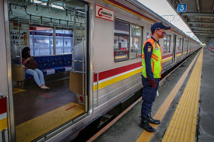 Petugas beraktivitas di Stasiun Tangerang, Banten, Sabtu (18/4/2020). Kementerian Perhubungan memutuskan tidak memberhentikan sementara kegiatan operasional KRL Jabodetabek saat PSBB melainkan hanya membatasi jumlah penumpang di KRL.