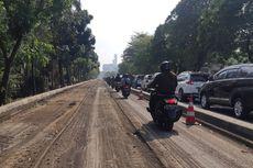 Macet akibat Satu Lajur Ditutup, Jalan Taman Aries bak Area Parkir Mobil
