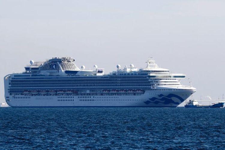 Kapal pesiar, Diamond Princess, terlihat berlabuh di Pelabuhan Yokohama, setelah 10 orang di dalamnya positif terinfeksi virus corona.