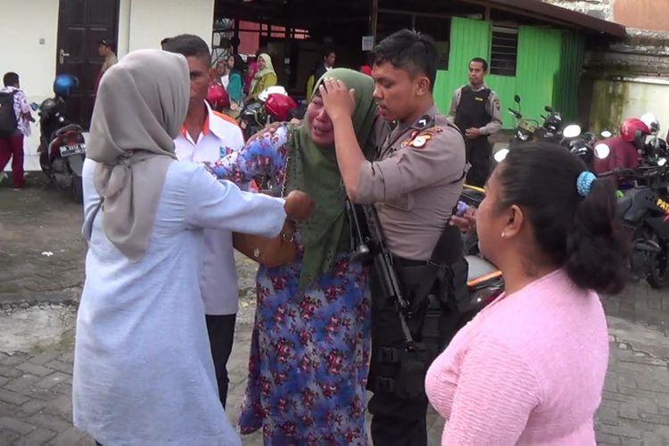Aparat kepolisian berupaya menenangkan keluarga korban pembunuhan yang mengamuk di Pengadilan Negeri Sungguminasa, Kabupaten Gowa, Sulawesi Selatan Selatan, Rabu, (3/1/2018).
