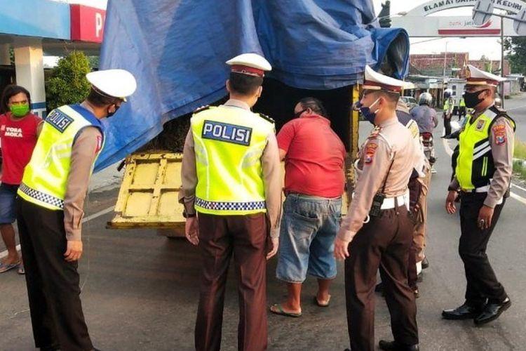 Ilustrasi pengecekan truk yang diduga bawa pemudik