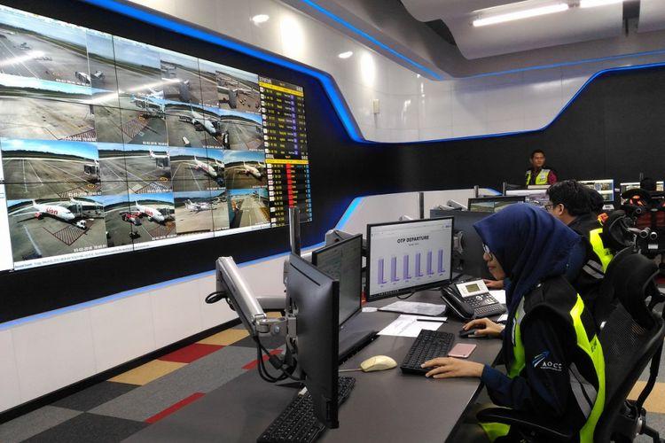 Petugas gabungan memantau operasional Bandara Sultan Aji Muhammad Sulaiman di dalam Airport Operation Control Center (AOCC) yang diresmikan Dirut PT Angkasa Pura 1 (Persero) Faik Fahmi, Jumat (2/3/2018)