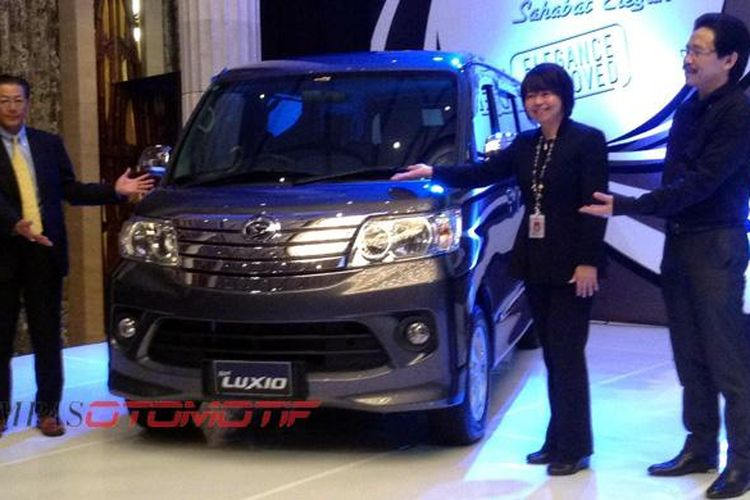 Tsuneo Itagaki (kiri) bersama Amelia Tjandra dan Toto Suryana Wijaya meluncurkan New Luxio.