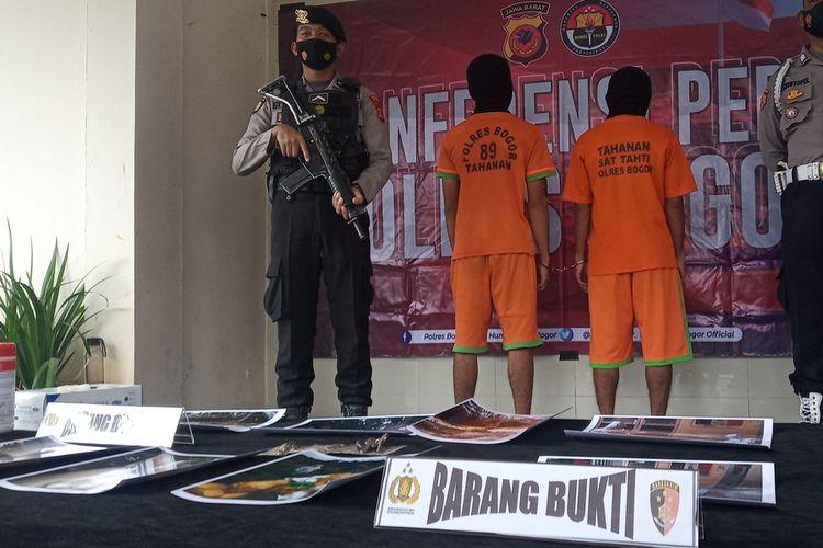 Kepolisian Resor Bogor menangkap dua pelaku pembuangan limbah medis B3 (Bahan Berbahaya dan Beracun) ilegal lintas wilayah di Kabupaten Bogor, Jawa Barat, Rabu (10/2/2021).