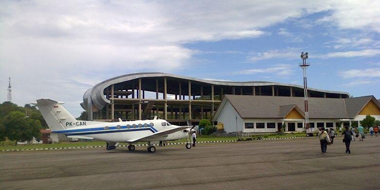 Menurut Kepala Bandara Labuhan Bajo, Fuadani, (Rabu/19/2013), para pelancong datang dari berbagai daerah. Jumlahnya terus meningkat secara signifikan.