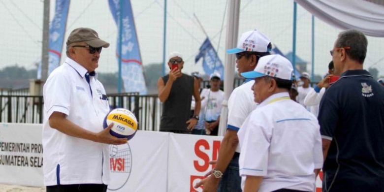 Gubernur Sumatera Selatan Alex Noerdin (kiri) menghadiri pembukaan test event road to Asian Games 2018 cabang olahraga voli pantai di Jakabaring Sports City, Palembang, Sumatera Selatan, 24 Oktober 2017.
