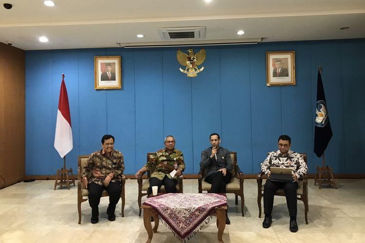 Menteri Pendidikan dan Kebudayaan, Nadiem Makarim beserta jajaran pejabat Kementerian Pendidikan dan Kebudayaan dalam acara Bincang Sore di Kemendikbud, Jakarta, Selasa (12/2/2020).
