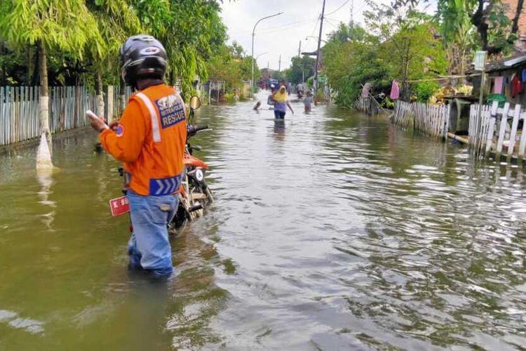 Kondisi banjir luapan sungai di Desa Karangrowo, Kecamatan Undaan, Kabupaten Kudus, Jawa Tengah, Kamis (11/2/2021).