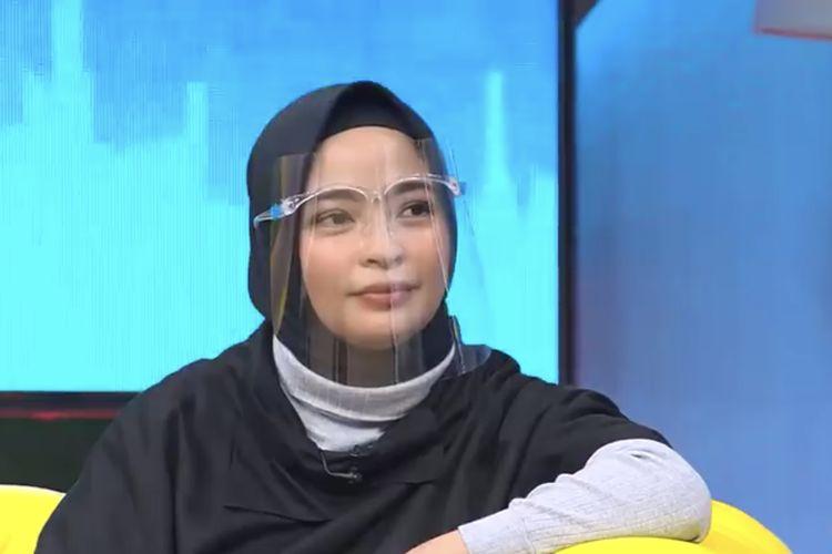 Tantri hadir dalam acara Okay Bos. (Bidikan layar YouTube Trans7 Official).