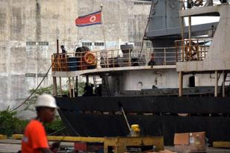 Bendera Korea Utara berkibar di buritan kapal barang Chong Chon Gang yang ditahan pemerintah Panama karena ketahuan membawa senjata dari Kuba. Pemerintah Kuba mengaku senjata-senjata itu adalah persenjataan usang di zaman Uni Soviet dan dikirim ke Korea Utara untuk perbaikan.