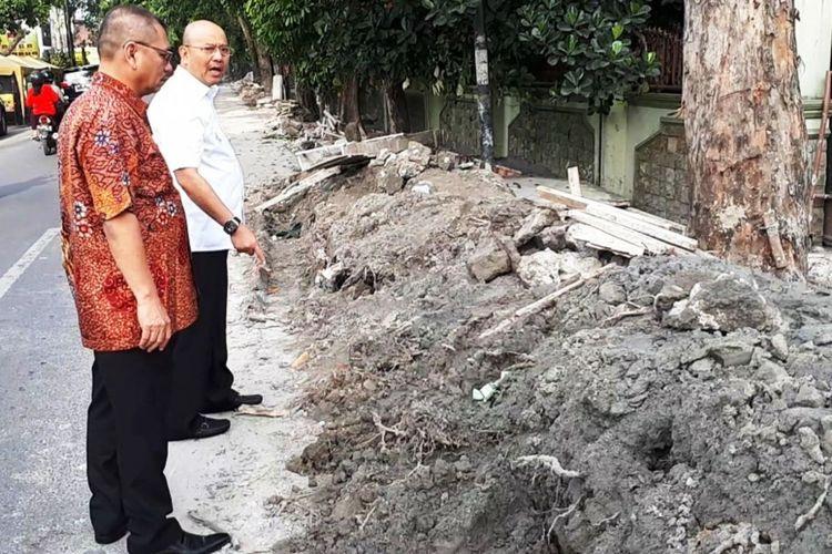 Tanah bekas galian tidak diangkat dari badan jalan, Wali Kota Medan Dzulmi Eldin marahi Kadis PU Kota Medan Khairul Syahnan, Jumat (20/10/2017).