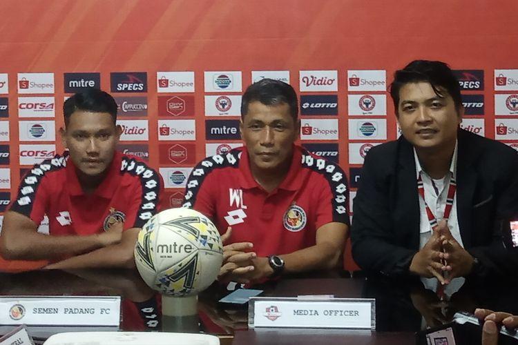 Tim Semen Padang jumpa pers jelang lawan Persela Lamongan. Pelatih Semen Padang, Weliansyah (tengah).