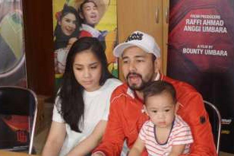 Raffi Ahmad bersama istrinya, Nagita Slavina dan anaknya, Rafathar Malik Ahmad saat menggelar jumpa pers film Rafathar The Movie di Studio Hanggar, Pancoran, Jakarta Selatan, Senin (5/11/2016).