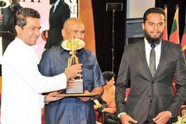 Inshaf Ahmed Ibrahim (kanan) ketika menerima penghargaan Presidential Export Award di Colombo pada 2016. Inshaf merupakan salah satu pelaku ledakan bom Sri Lanka yang menewaskan 359 orang pada Minggu (21/4/2019).