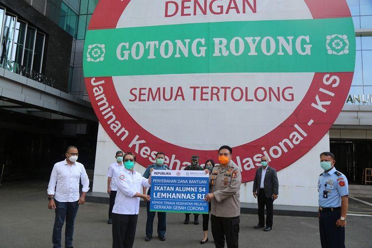 Penyerahan bantuan Ikatan Keluarga Alumni Lemhamnas Angkata 54 melalui Gebas Corona.