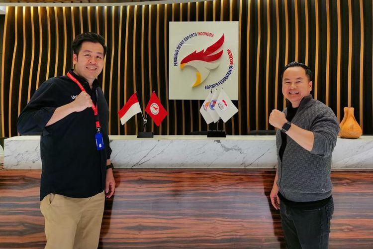 Berfoto bersama Sekretaris Jenderal Pengurus Besar E-sports Indonesia Frenky Ong (kiri dari arah pembaca) dan Ketua Humas Pengurus Besar Pengurus Besar E-sports Indonesia Ashadi Ang (kanan dari arah pembaca).