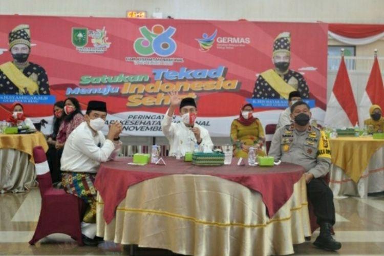 Gubernur Riau Syamsuar bersama Dinas Kesehatan dan Kepolisian saat mengikuti peringatan Hari Kesehatan Nasional ke-56 melalui virtual di Gedung Daerah Riau di Pekanbaru, Jumat (13/11/2020).