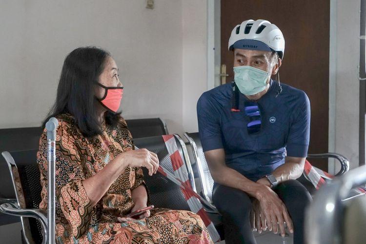 Wali Kota Salatiga Yuliyanto berbincang dengan lansia yang berobat di Puskesmas Kalicacing.