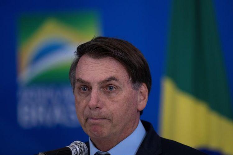 Presiden Brasil Jair Bolsonaro saat menghadiri pertemuan dengan para gubernur di Brasil, untuk menentukan strategi menangani wabah virus corona. Pertemuan dihelat di Brasilia, Brasil, 23 Maret 2020.