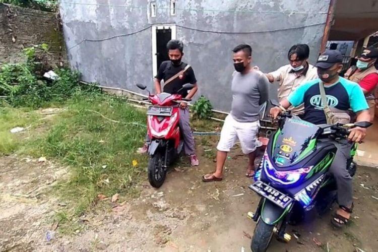 Penggerebekan kontrakan yang diduga tempat transaksi sepeda motor hasil curian. (FOTO: Dok. Polsek Kemiling).