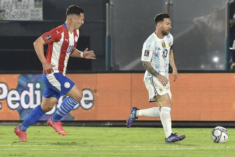 Pemain Paraguay Jorge Morel (kiri) dan megabintang Argentina Lionel Messi (kanan) pada laga lanjutan Kualifkasi Piala Dunia 2022 Zona Amerika Selatan di Stadion Defensores del Chaco, Asuncion, Jumat (8/10/2021) pagi WIB.