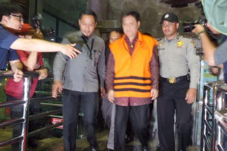 Bupati Tanggamus Bambang Kurniawan mengenakan rompi tahanan di Gedung KPK Jakarta, Kamis (22/12/2016).