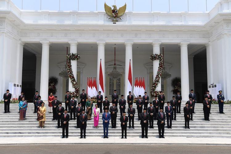 Presiden Joko Widodo didampingi Wapres Maruf Amin berfoto bersama jajaran menteri Kabinet Indonesia Maju yang baru dilantik di tangga beranda Istana Merdeka, Jakarta, Rabu (23/10/2019).