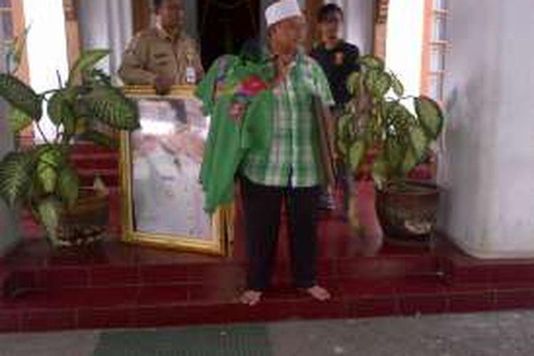 Bupati Tasikmalaya Uu Ruzhanul Ulum mulai membereskan barang-barangnya saat akan meninggalkan Pendopo karena masa jabatannya habis. Sampai sekarang belum ada kepastian jadwal pelantikannya pasca petahana ini menang kembali pada Pilkada serentak 2015 lalu.