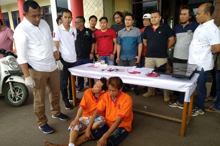Hendra Cipta Irawan (35) dan Rendy Apriansyah (29) yang merupakan residivis bobol rumah saat berada di Polresta Palembang, Jumat (15/2/2019).