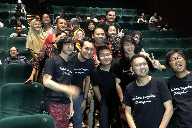 Para Pemain Film Rembulan Tenggelam di Wajahmu saat menyambangi bioskop Blok M Square, Jakarta Selatan pada Kamis (12/12/2019).