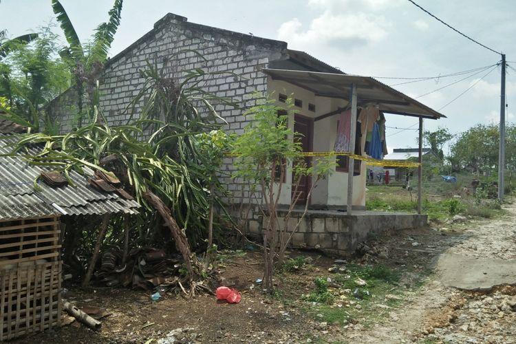 Rumah di Kelurahan Geneng, Kecamatan Brondong, Lamongan, yang dikontrak ER bersama keluarganya.