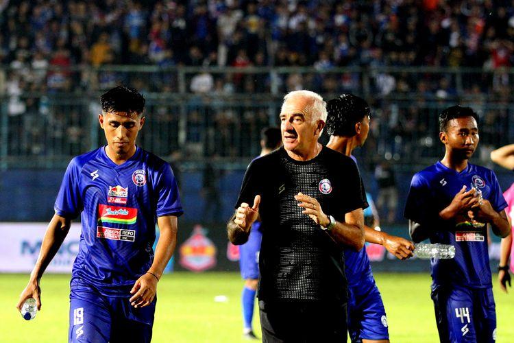 Pelatih Arema FC Mario Gomez (tengah) berdiskusi bersama Hanif Sjahbandi (kiri) seusai pertandingan.