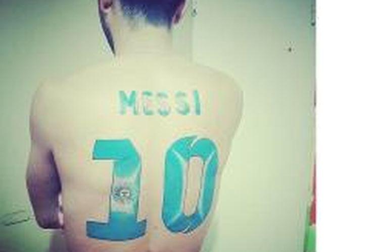 Seorang fan Messi, Hernan Baigoria, memperlihatkan tato yang ada di punggungnya.