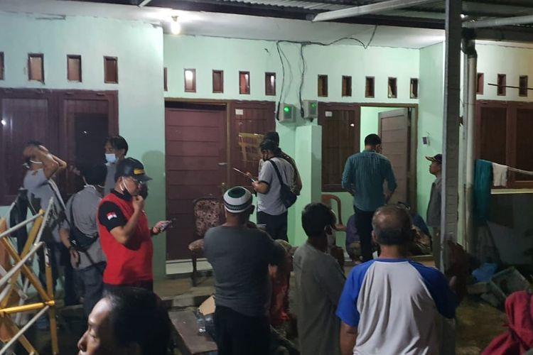 Suasana rumah kontrakan di Gang Kopral Daman, Jalan Raya Muchtar, Sawangan Baru, Depok, Jawa Barat pada Rabu (18/11/2020) malam, ketika geger penemuan tulang-belulang manusia terkubur di bawah lantainya.