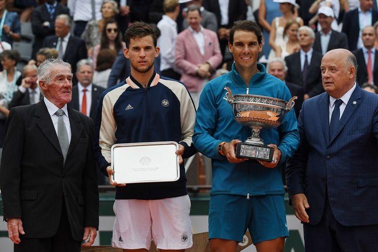 Petenis Spanyol, Rafael Nadal (2 dari kanan), berpose dengan trofi Perancis Terbuka 2018 setelah menang atas pemain Austria, Dominic Thiem (2 dari kiri), pada final di Roland Garros 2018, Minggu (10/6/2018). Mereka didampingi President Federasi Tenis Perancis, (FFT) Bernard Giudicelli (kanan) dan mantan petenis Australia, Ken Rosewall (kiri). Ini menjadi gelar ke-11 Nadal di Roland Garros.