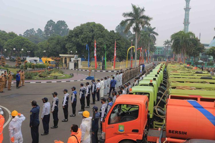 Truk tangki sebanyak 40 unit milik Pemkot Tangerang bersiap menyemprot cairan disinfektan di area publik 13 kecamatan di Kota Tangerang, Selasa (11/8/2020)
