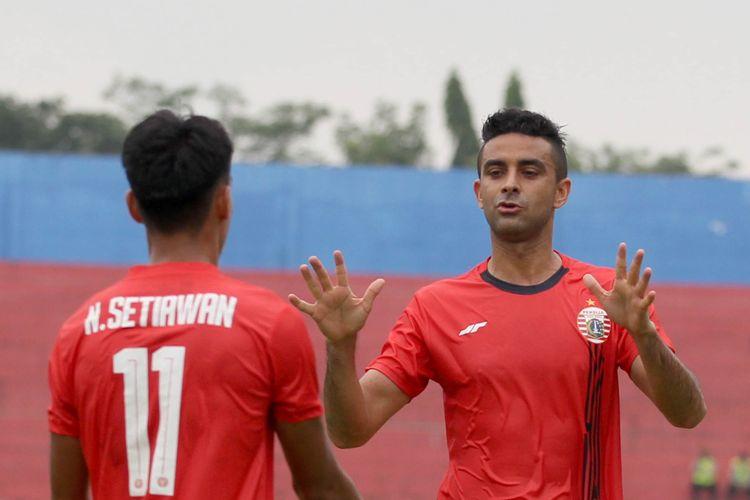 Pemain belakang Persija Jakarta Otavio Dutra saat melawan Persela Lamongan pada babak penyisihan grup B Piala Gubernur Jatim 2020 yang berakhir denna skor 4-1 di Stadion Kanjuruhan Malang, Jawa Timur, Selasa (11/02/2020) sore.