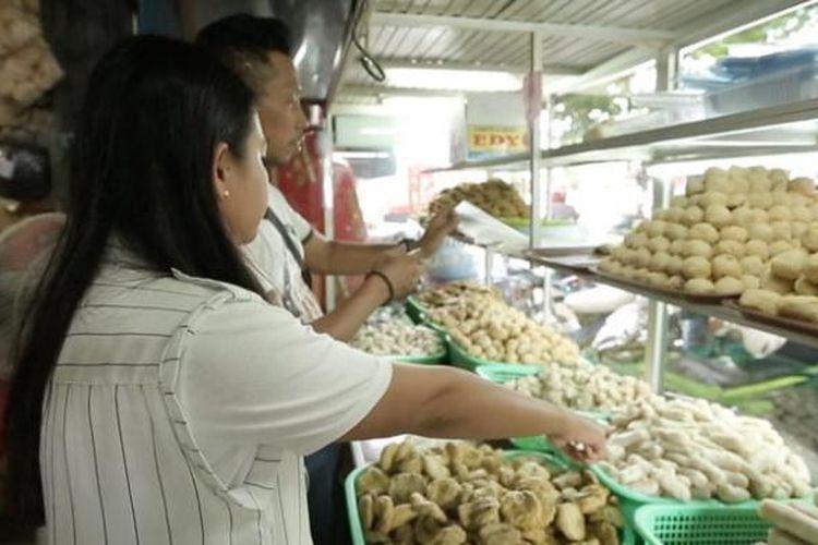 Pempek, makanan khas Palembang.