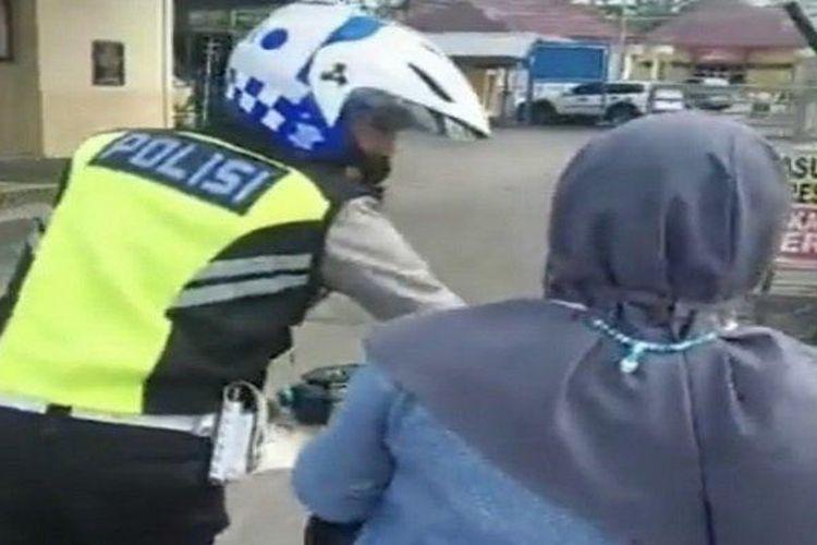 Video seorang ibu yang menolak ditilang polisi di Musi Banyuasin, Sumatera Selatan.
