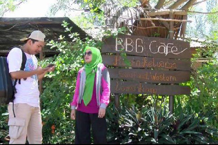 Pengunjung di bawah pohon rindang di Bangka Botanical Garden (BBG) Pangkal Pinang, Kepulauan Bangka Belitung.