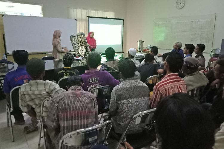 Pelatihan pembuatan Aquaponik oleh pihak ITB kepada warga sekitar.