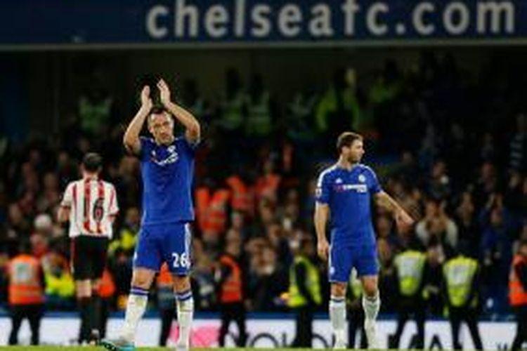 John Terry membalas dukungan suporter Chelsea seusai timnya menang atas Sunderland di Stamford Bridge, Sabtu (19/12/2015).